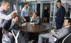 Jared Vennet (Ryan Gosling, rechts) und Mark Baum (Steve Carell, sitzend, Mitte) sehen die Finanzkrise kommen – und setzen alles auf eine Karte. / Bild: (c) Universal