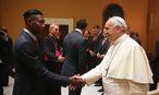 David Alaba und Papst Franziskus / Bild: APA/EPA/Alexander Hassenstein/FC