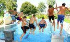 Kinder springen ins Wasser / Bild: www.BilderBox.com