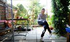 """Ianina Ilitcheva in ihrem Garten: """"Die immergleiche Umgebung war für mich nie ein Gefängnis."""" / Bild: Die Presse"""