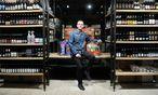 Biersommelier Markus Betz verkauft in der Gumpendorfer Straße rund 800 verschiedene Biere aus aller Welt. / Bild: (c) Die Presse (Clemens Fabry)