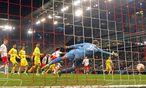 Salzburg-Keeper Péter Gulácsi streckte sich vergebens, gegen Villareal musste er den Ball dreimal aus dem Netz holen. / Bild: (c) APA/KRUGFOTO (KRUGFOTO)