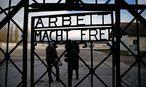 """Das Tor trägt die zynische Aufschrift """"Arbeit macht frei"""". / Bild: REUTERS/Michael Dalder"""