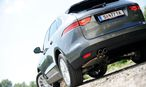 Sehr viel schöner kann ein SUV nicht mehr werden: Vorn dominieren der Jaguar-typische Grill und die muskulös gewölbte Motorhaube, hinten erinnert der F-Pace an den Sportwagen F-Type. / Bild: Die Presse/Clemens Fabry