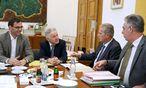 Die ÖVP-Chefverhandler der Steuerreform trafen sich Freitagnachmittag im Linzer Landhaus zur Klausur: Oberösterreichs Landeshauptmann Pühringer, Vizekanzler Mitterlehner, Finanzminister Schelling. / Bild: (c) APA/RUBRA (RUBRA)