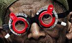 Der Optiker Adi bittet seine Gesprächspartner zum Sehtest – und will dann wissen, was bei den Massakern geschah. / Bild: (C) Polyfilm