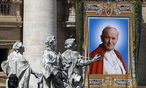 Ein Bild des verstorbenen Papstes Johannes Paul II. bei seiner Seligsprechung im Jahr 2011. / Bild: (c) REUTERS