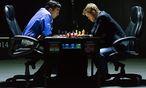 Viswanathan Anand gegen Magnus Carlsen / Bild: APA/EPA/YEVGENY REUTOV