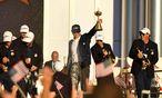 Team USA genießt den Jubel rund um den Gewinn des Ryder Cups, Kapitän Davis Love III zeigt stolz die Trophäe. / Bild: (c) Reuters