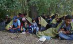 Flüchtlinge in Ungarn nahe der Grenze zu Serbien. / Bild: REUTERS