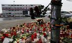 Kerzen und Blumen vor der Germanwings-Zentrale. / Bild: REUTERS