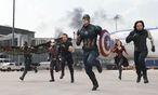Der titelgebende, schildbewehrte Captain America (Chris Evans) und der restliche Marvel-Clan sollen sich der Entscheidungsmacht der UNO unterstellen.  / Bild: Marvel
