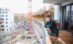 Barbara Goesch (65) auf dem Balkon ihrer Eigentumswohnung. Sie und ihre Lebensgefährtin waren die ersten Bewohner in der Seestadt Aspern.  / Bild: (c) Stanislav Jenis
