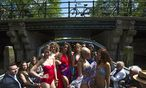 Dutch models present creations on a boat during the Canal Catwalk at the Floating Fashion Week in Amsterdam / Bild: (c) REUTERS (CRIS TOALA OLIVARES)