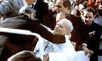 Attentat auf Papst Johannes Paul II.: Der gut trainierte Schütze Ali Ağca schoss nicht, um zu töten, sondern, um zu verwunden. / Bild: STR/EPA/picturedesk.com