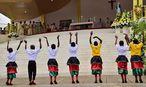 Bunt und musikalisch wurde die Messe eröffnet. / Bild: APA/AFP/GIUSEPPE CACACE
