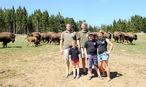 Familie Baumgartner umringt von ihren Tieren auf der Weide. / Bild: Clemens Fabry