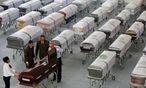 Särge mit den Todesopfern / Bild: REUTERS