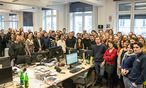 """Kurz nach der Bekanntgabe: Die Redaktion der """"Presse"""" versammelte sich am Dienstag für das Siegerfoto rund um den Newsdesk.  / Bild: (c) Die Presse (Christine Pichler)"""