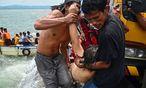 Rettungseinsatz: Mehr als 70 Passagiere konnten schon gerettet werden. / Bild: APA/EPA/ROBERT DEJON