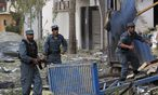 Afghan policemen rush at the site of an explosion in Kabul / Bild: REUTERS