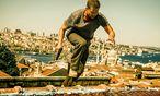 """""""Tschiller: Off Duty"""": Til Schweiger über den Dächern von Istanbul. Man fühlt sich frappant an den Liam-Neeson-Film """"Taken 2"""" erinnert. / Bild: (c) Warner Bros."""