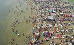 Religiöse Zeremonien am Ganges - die Verschmutzung dadurch wird nicht wahrgenommen. / Bild: (c) APA/EPA/STR (STR)