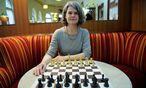 In vielen Kaffeehäusern ist Schach übrigens verboten. Nicht so im Café Schopenhauer, in dem Karoline Spalt Schachtreffen für Frauen organisiert. / Bild: (c) Die Presse (Clemens Fabry)