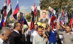Anhänger des syrischen Präsidenten Bashar al-Assad versammelten sich vor der angegriffenen russischen Botschaft in Damaskus. / Bild: (c) APA/EPA/STR