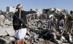 Spuren der Luftschläge. Saudische Kampfflugzeuge griffen Ziele in Jemens Hauptstadt Sanaa an. / Bild: (c) Reuters