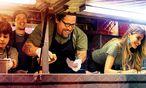 """Selbst ist der Mann: Hauptdarsteller Jon Favreau (Zweiter von rechts) hat """"Kiss the Cook"""" geschrieben, produziert und Regie geführt. / Bild: (c) Thimfilm"""