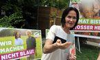 """Eva Glawischnig startet die Plakatkampagne """"für Menschlichkeit"""" und setzt auf Abgrenzung zur FPÖ. / Bild: (c) APA/HERBERT PFARRHOFER (HERBERT PFARRHOFER)"""