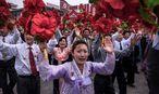 Musik, Gebrüll, Vorwärtsstürmen, Blumenschwenken, Jubel: Proben für das große Parteifest, Pjöngjang.  / Bild: APA/AFP/ED JONES
