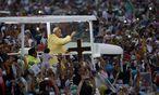 Papst Franziskus auf seinem Papamobil in Manila. / Bild: (c) REUTERS (� Erik de Castro / Reuters)