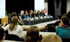 Die Diskutierenden v. l. n. r.: Christoph Schreuer, Susanne Wixforth, Benedikt Kommenda (Moderation), Paul Oberhammer, Anton Baier und Matthias Neumayr. / Bild: Die Presse