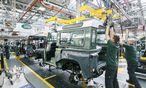 Autoproduktion wie vor 50 Jahren: Beim Land Rover Defender wird noch zugepackt, nicht robotisiert – ein paar Wochen noch.  / Bild: (c) Werk