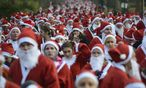 Competitors dressed as Santa Claus take part in the annual 6-km Santa Run in Battersea Park / Bild: (c) REUTERS (PAUL HACKETT)