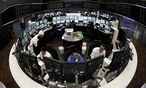 Traders are pictured at their desks in front of the DAX board at the Frankfurt stock exchange / Bild: REUTERS