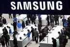 People look at devices at the Samsung stand at the Mobile World Congress in Barcelona / Bild: (c) REUTERS (� Albert Gea / Reuters)
