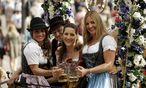 Auftakt zum Oktoberfest in Muenchen Bayern Deutschland Kutscher der Loewenbraeu Bierkutsche gut g / Bild: (c) imago/Ralph Peters (imago stock&people)