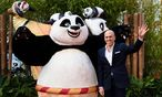 Dreamworks-CEO Jeffrey Katzenberg mit einem ''Kung Fu Panda'' / Bild: (c) APA/AFP (LEON NEAL)