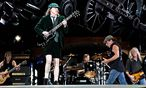 AC/DC: Gitarrist Angus Young (vorn), Sänger Brian Johnson (2.v.re.), Bassist Cliff Williams (re.), Gitarrist Malcolm Young (li.) und Schlagzeuger Phil Rudd  / Bild: (c) imago stock&people (imago stock&people)