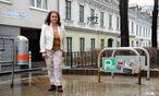 Ingrid Kunz an dem Ort, wo alles begann. Links der Neubau, dessen Errichtung Teile ihres Hauses (rechts) und ihr Leben zerstörte. / Bild: (c) Clemens Fabry
