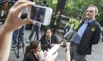 Andy Hall spricht mit der Presse vor dem Gericht in Thailand. / Bild: (c) Reuters (ATHIT PERAWONGMETHA)