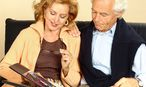 Seniorenpaar schaut Fotoalbum an / Bild: www.BilderBox.com