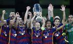 Barcelona-Spieler mit Pokal / Bild: (c) APA/EPA/YURI KOCHETKOV (YURI KOCHETKOV)
