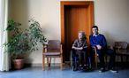 Hilda Jäger ist Gast, Mohammed Amini ehrenamtlicher Mitarbeiter im Tageshospiz der Caritas in Liesing.  / Bild: Die Presse