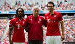 Neo-Trainer Carlo Ancelotti, flankiert von Renato Sanches (l.) und Mats Hummels (r.). / Bild: APA/dpa/Matthias Balk