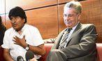 Wo ist Snowden? Morales mit Bundespräsident Heinz Fischer 2013 am Flughafen Wien / Bild: EPA