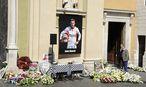 Blumen vor der Kirche / Bild: APA/EPA/OLIVIER ANRIGO